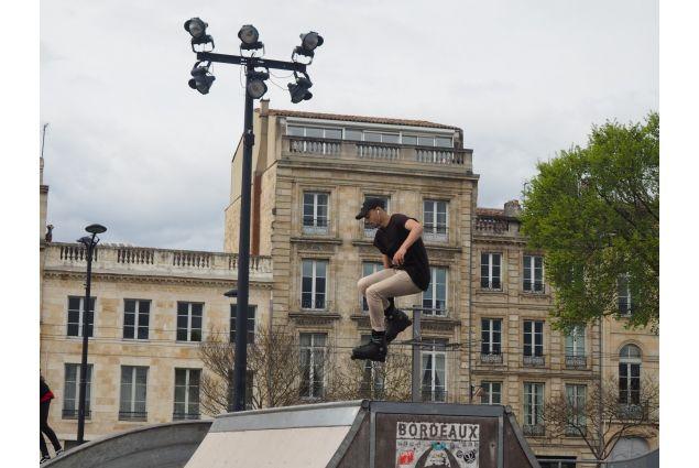 Un ragazzo meticcio in uno skate park di Bordeaux