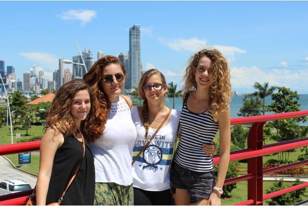 Giulia con alcune amiche a Panama City