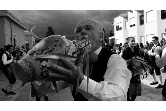 """Melisa, dalla Turchia a Brescia per un anno, ha partecipato con la foto dal titolo 'Il Bummulu': <em>Durante la mia settimana di scambia, a Ribera, Sicilia. Il gruppo della danza folklorica ribarese ballano tarantella per gli studenti di Intercultura. Questo musicista accompagna la balla suonando """"il bummulu"""" che è un strumento tradizionale siciliano. Cosi vedo l'Italia, piccola ma grande. Piena di tradizione e culture speciali nascosti alle diversi regioni dell'Italia, che aspettano essere scoperti.</em>"""