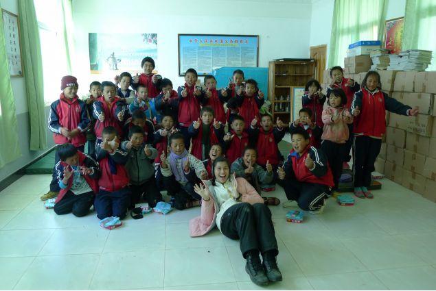 Camilla con la classe di bambini nello Yunnan