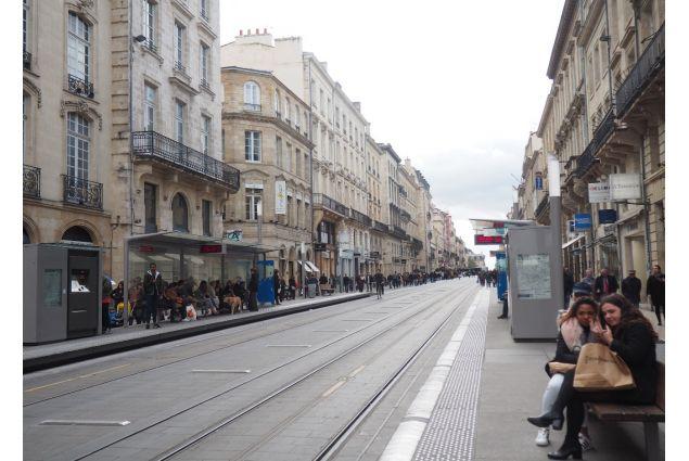 Una via principale di Bordeaux