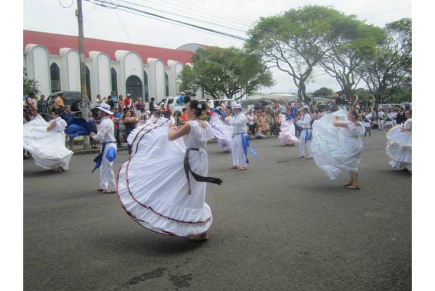 danza popolare con abiti tipici