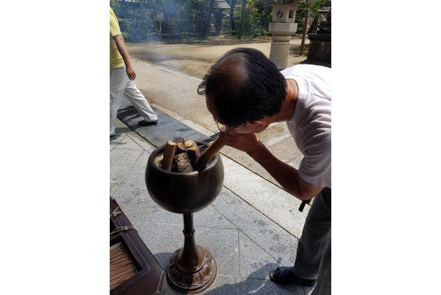 <div>Purificazione: <em>foto scattata all'ingresso di un tempio shintoista ad Ine No Funaya. L'uomo è in procinto di accendere il fuoco per poi purificarsi con il fumo sacro. Una volta purificato potrà accedere al tempio per pregare gli spiriti della natura.</em>  Foto di Noemi</div> <div></div>