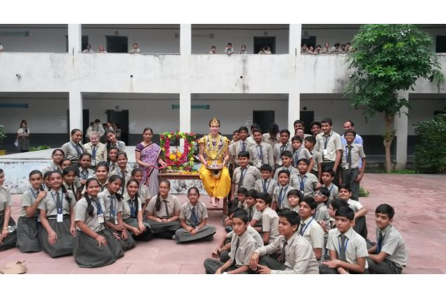Sono sotto il centro locale di Ghandinagar (la capitale del Gujarat) , ma vivo in un villaggio di nome Kadi che è il primo anno che ospita studenti, distante 30 minuti sia da Ahmedabad, sia da Ghandinagar. -Andrea, India