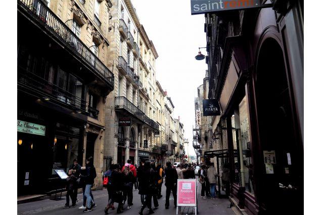 Rue St Remi, Bordeaux, è un esempio di ritrovo di culture: vi si trovano ristoranti dei Paesi più svariati