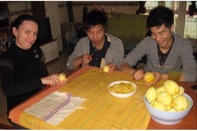 Marianna prepara il limoncello con dei ragazzi asiatici ospitati in Italia