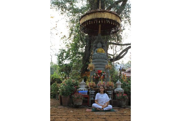 <div>Corso di meditazione <em>Vipassana</em>: meditare sotto una statua di Buddha, rigorosamente vestita di bianco.</div>