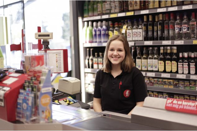 Arora, 17 anni, una compagna di classe di Claudia, lavora in un supermercato a tempo part-time.
