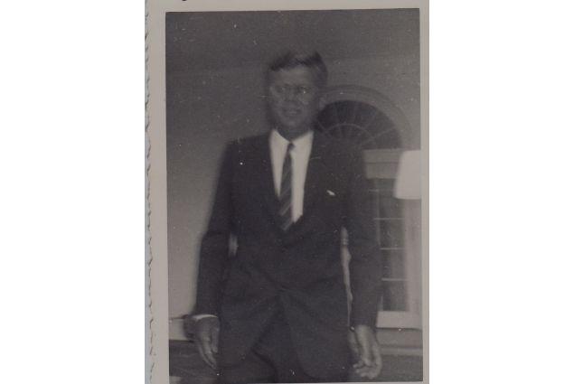 Kennedy prima del discorso ai 1400 Afsers 60-61 assiepati nel Giardino delle Rose