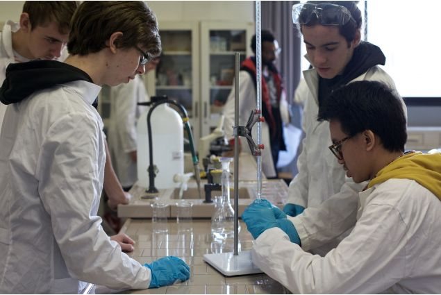 Rama nel laboratorio di scienze della scuola