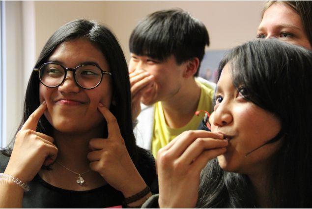 Sonia e Palita dall'Indonesia apprezzano moltissimo il cibo italiano: lo esprimono a gesti!