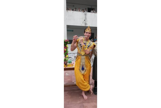 Mi sono agghindato così perché il 25 agosto in India si festeggia il Janmashtami ,ovvero la festa per la nascita di Lord Krishna, che è uno degli dei più importanti dell'induismo. -Andrea, India