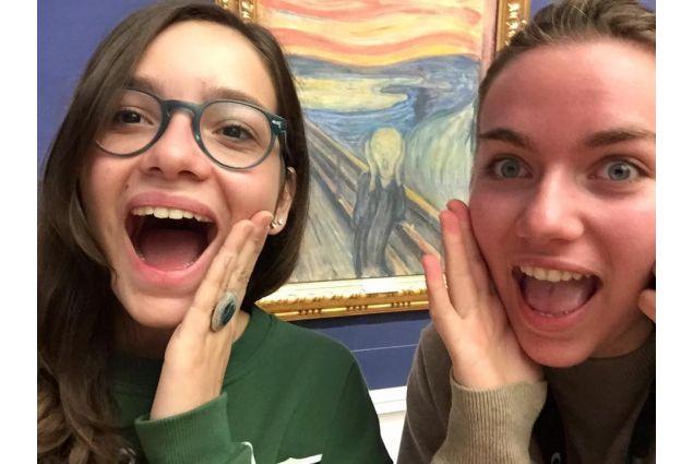 Julia e amica con urlo di Munch