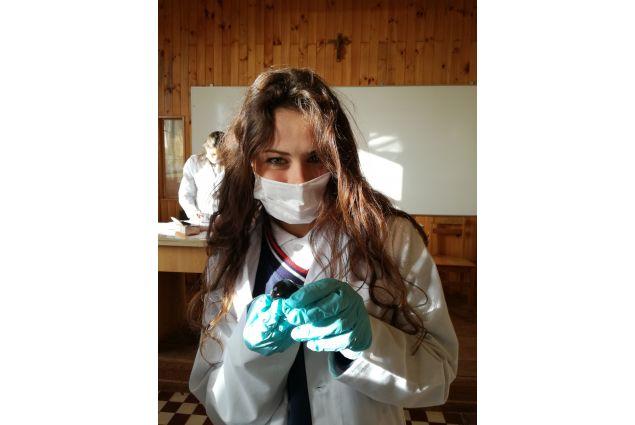 Eccomi qui, nella mia nuova scuola in Cile, mentre studio un occhio di mucca! -Emma, Cile