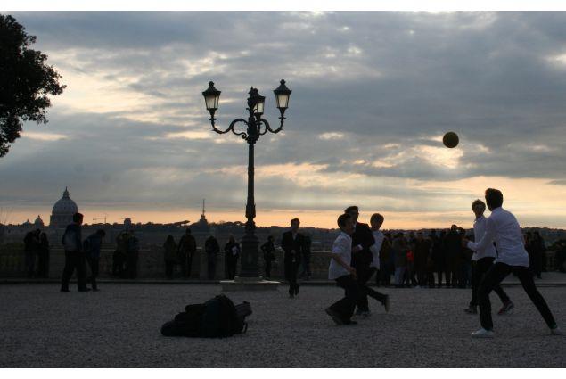 <div>Daniel, dalla Bolivia a Latina per un anno, ha partecipato con la foto 'Calcio': <em>Il calcio è senza dubbio un pilare fondamentale della cultura italiana, quasi tutti gli italiani giocano calcio o hanno giocato qualche volta nella loro vita, come si vede nella foto, tutti i posti possono essere un campo di calcio, in questo caso questa foto è stata scattata preso a Villa Borghese, i ragazzini non trovano mai un pretesto per non giocare, possono giocare anche tutti rafredatti ma al calcio non rinunciano mai! </em></div> <div></div>