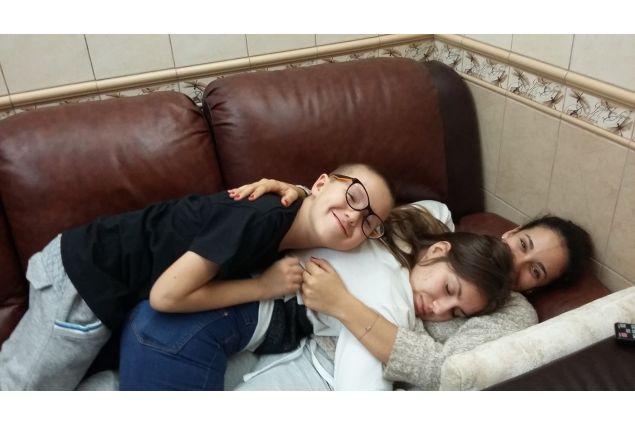 Con il fratellino e la sorella ospitanti