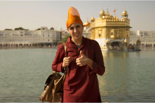 Francesco in abito tradizionale di fronte al tempio d'oro