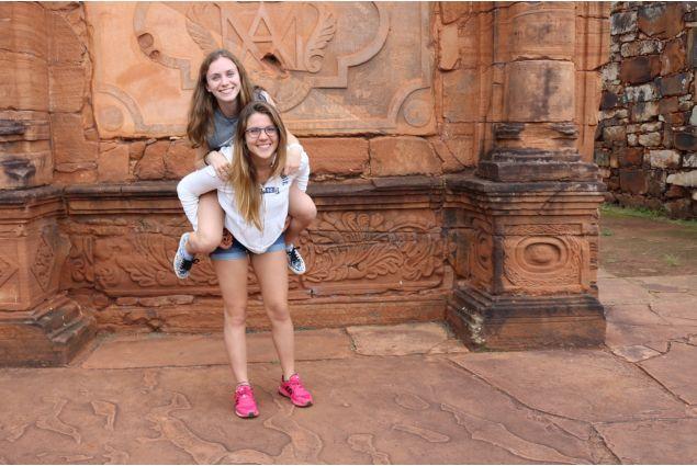 Rebecca e amica alle rovine di San Ignacio
