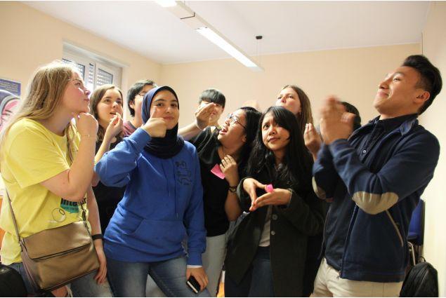 <div>10 studenti da Indonesia, Cina, Bolivia, Islanda, Croazia, India, Danimarca, Hong Kong ed Egitto  interpretano la gestualità italiana.</div>
