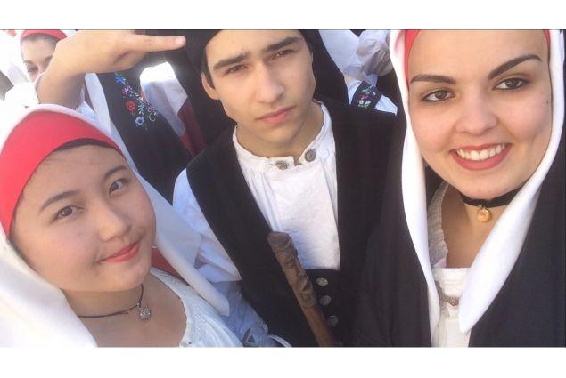 Nagomi e gli amici in abito tradizionale sardo
