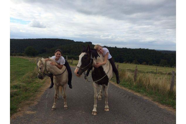 Di ritorno da una lunga gita a cavallo con la sorella ospitante
