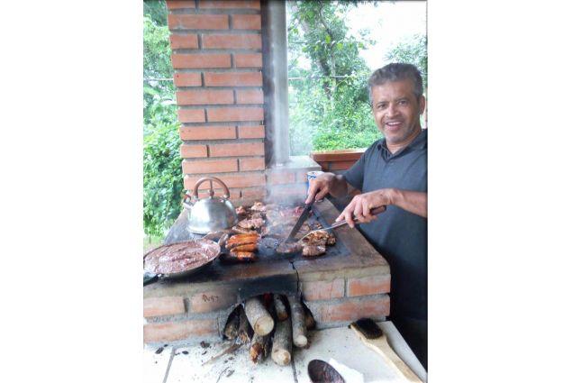 Barbecue preparato dal papà ospitante