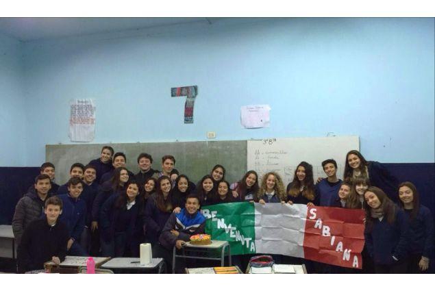 <p>I miei compagni mi hanno accolto benissimo fin da subito! Hanno realizzato un cartellone, appeso nel corridoio fuori dalla classe, con i colori della bandiera italiana con su scritto 'Benvenuta Sabiana'.Inoltre, la mattina del 5 Settembre hanno fatto un festicciola in classe portando una deliziosa torta e facendomi sentire sempre più parte integrante della classe -Sabiana, Argentina</p>