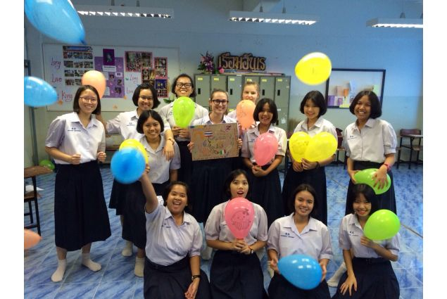 <div>Alle 6 suona la prima di una serie di sveglie per andare a scuola. Alle 8.00 viene suonato l'inno nazionale e praticata la preghiera buddista, questo è il tradizionale inizio di una giornata scolastica thailandese. -Eleonora, Thailandia</div> <div></div>