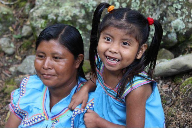 Gli indios che aiutano la popolazione panamense raccogliendo caffè